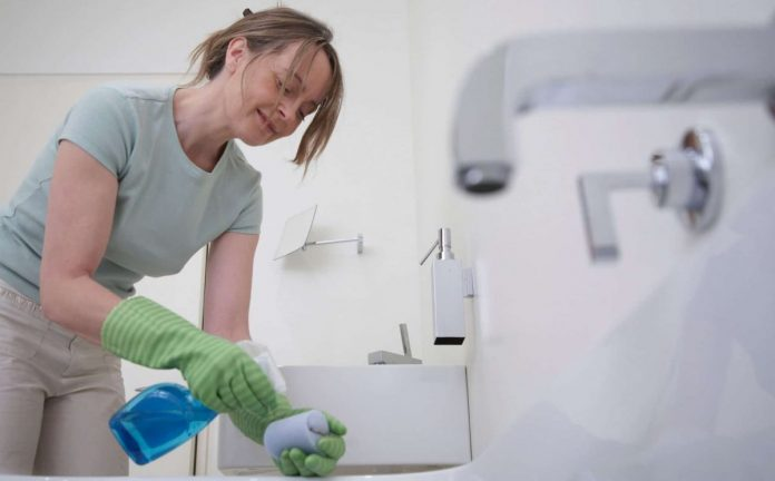 green-cleaning-the-bathroom